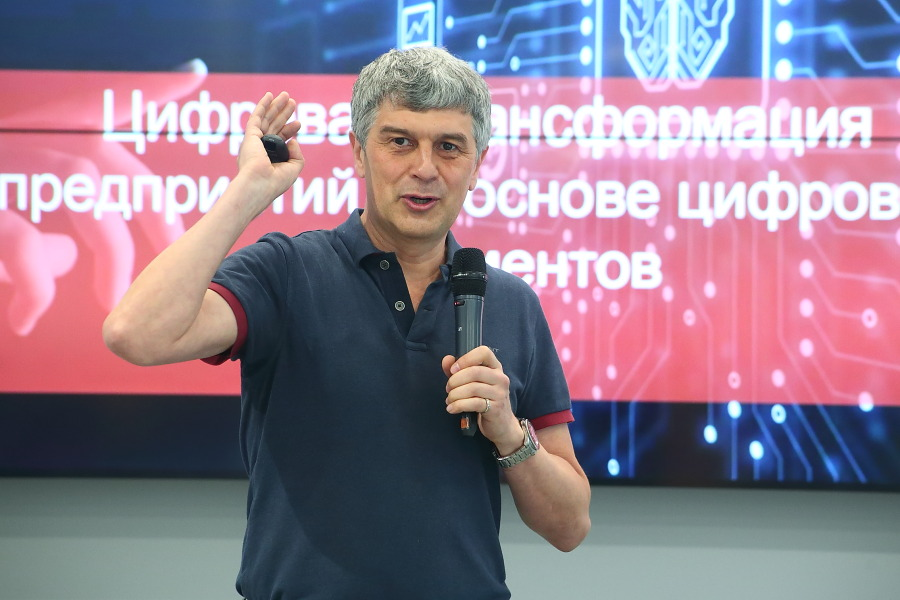 Руководитель группы компаний Eyeline Виталий Гумиров на конференции по цифровизации