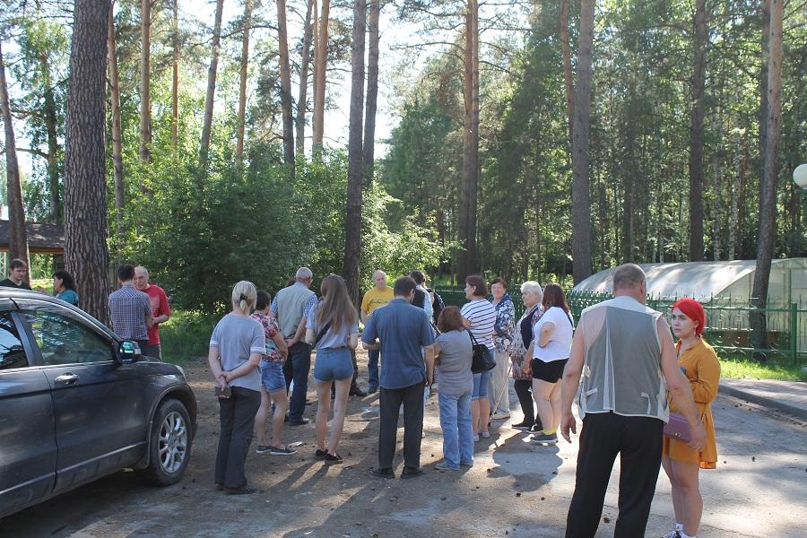 Депутаты и жители 2-й Ельцовки в ожидании представителей муниципалитета.