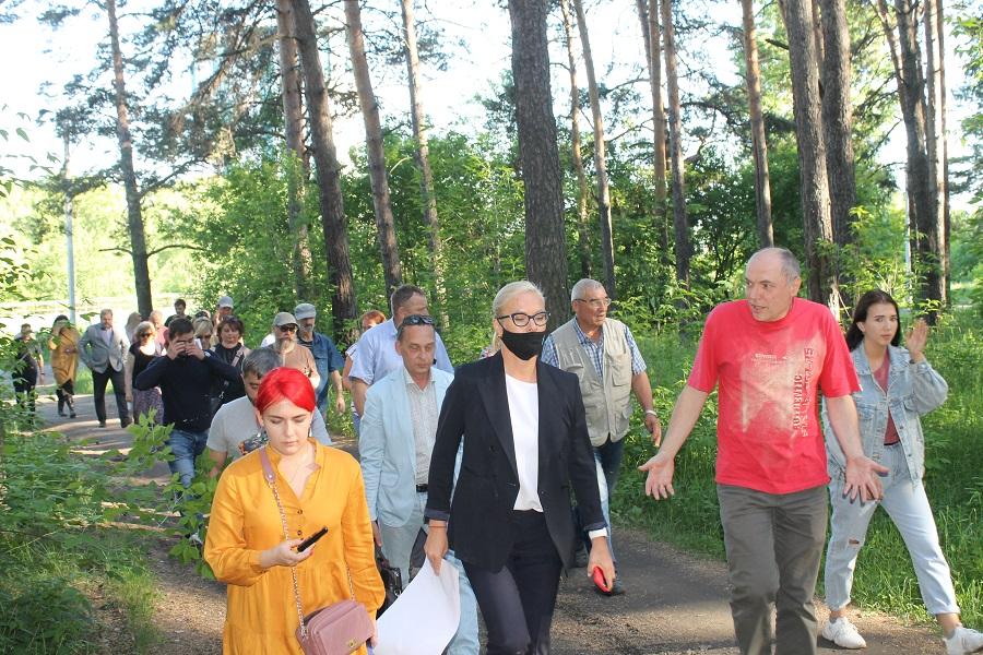 Вице-мэр Терешкова инспектирует ведущую к домам просеку.