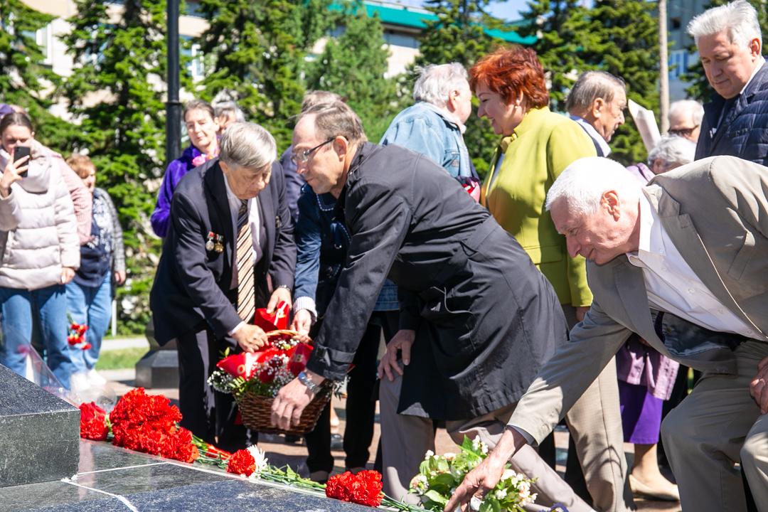 Академгородок ученые возлагают цветы