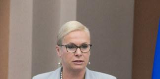 Анна Терешкова на трибуне выступает в зале