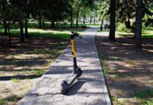 электросамокат в парке на дорожке