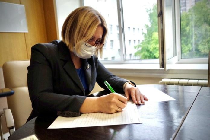 Миниатюра для: Стало известно, какую вакцину поставила замминистра здравоохранения Новосибирской области