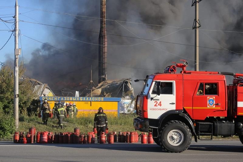 Пожар возле заправки газовых балонов