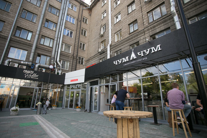 Миниатюра для: У гостиницы «Центральная» в Новосибирске забирают дворик
