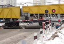 вагоны на переезде шлагбаум красный свет