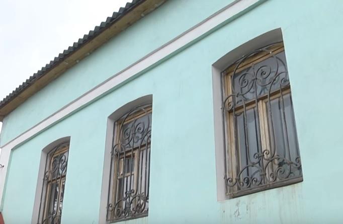 Миниатюра для: В Новосибирской области за полмиллиона выставили на продажу старинный купеческий особняк