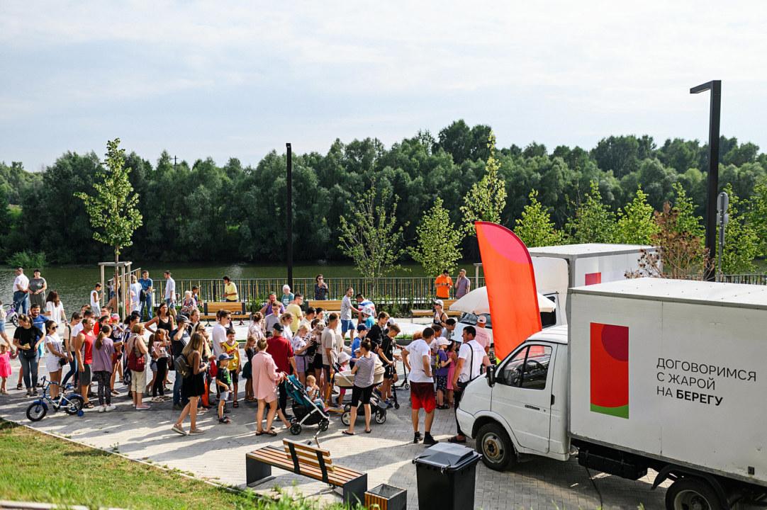 Понизили градус: Брусника подарила 10 000 порций мороженого жителям «Европейского берега» в Новосибирске - Фотография