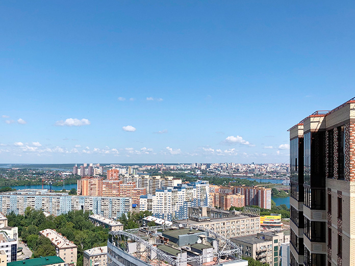 С верхних этажей открывается урбанистический пейзаж правобережья и живописный вид на реку Обь
