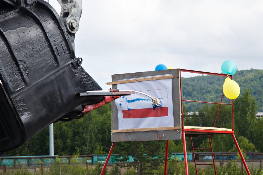 Горняки «Кузбассразрезугля» забили пенальти, показали пируэт и раскрасили триколор - Фотография