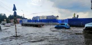 Проливной дождь затопил проезжую часть улиц в Новосибирске