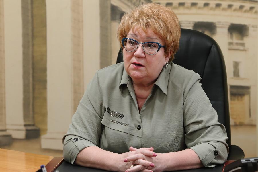 за столом министр культуры Новосибирской области Наталья Ярославцева