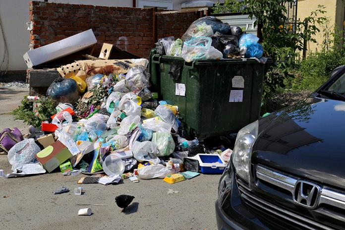 полный мусорный контейнер