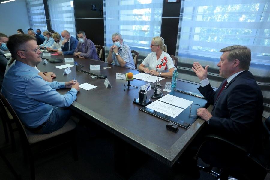 Анатолий Локоть в ходе совещания отметил, что тема развития микромобильного транспорта в городе интересна всем – как горожанам, так муниципалитету