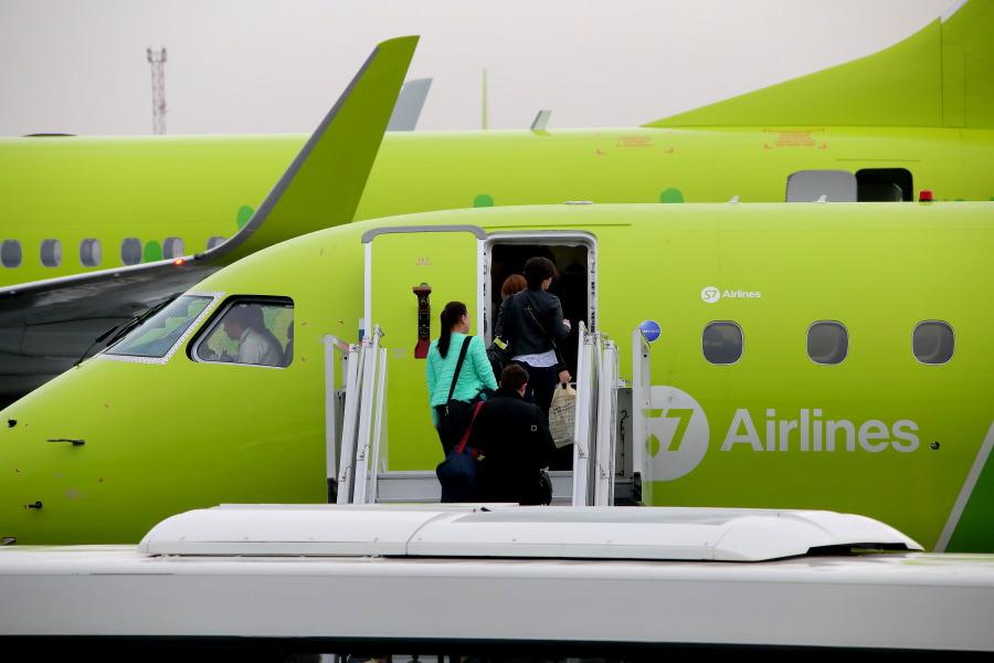 Трап самолета S7 Airlines в аэропорту Толмачево