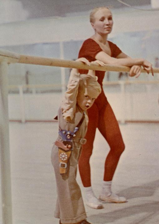 Лариса Матюхина в балетном зале с сыном