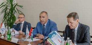 По словам Майиса Мамедова (на фото в центре) отдельные вопросы строительного сектора можно решить только при федеральной поддержке отрасли