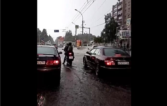 Мощный ливень вновь затопил дороги Новосибирска - Фотография