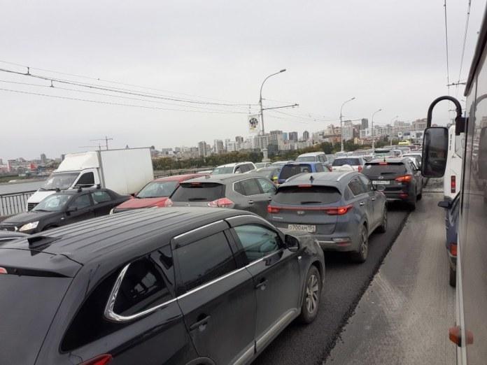 Миниатюра для: Дорожные работы парализовали движение на Октябрьском мосту Новосибирска