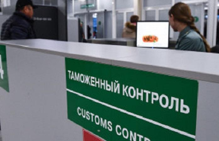 Таможня пресекла вывоз из Новосибирска 100 тысяч долларов