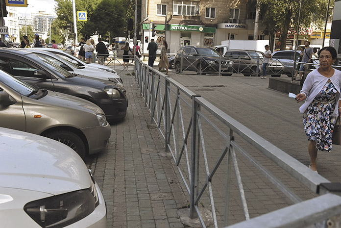 Забор на перекрёстке Блюхера и Геодезической захватывает метр тротуара