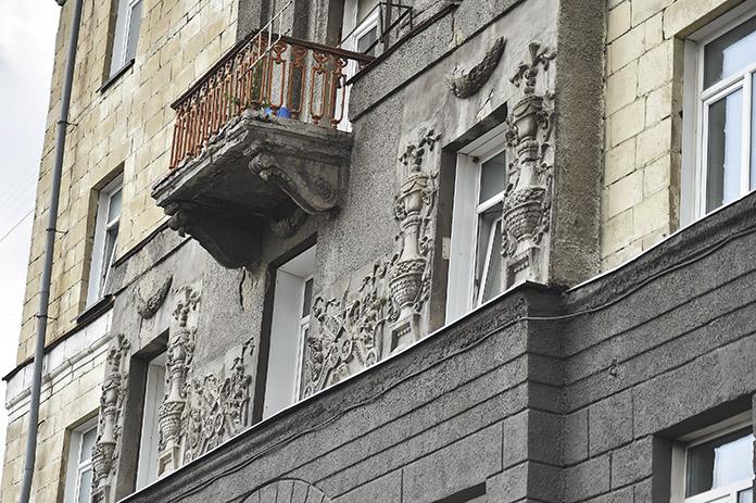 Барельеф на здании общежития НГТУ № 2