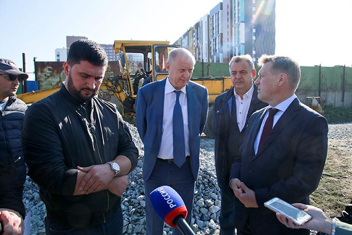 Мэр Новосибирска Анатолий Локоть (на фото справа) подчеркнул важность ремонта участков дорог частного сектора