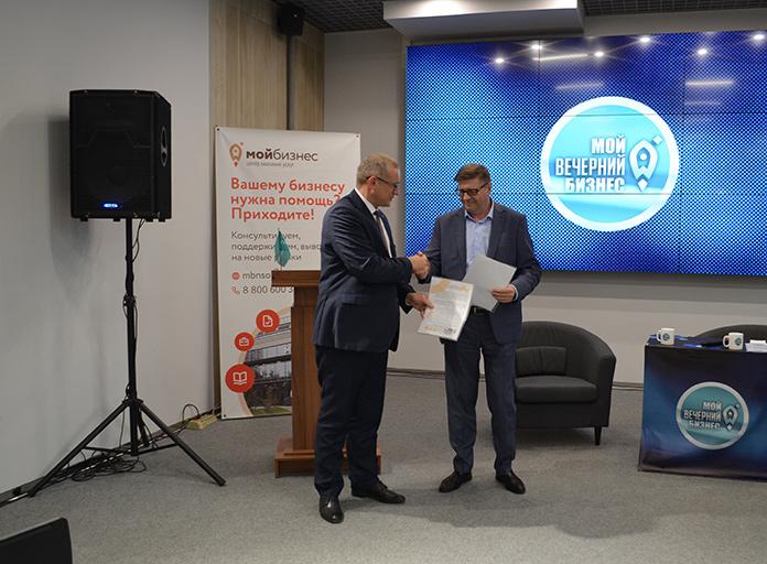 Сергей Шатилов (справа) и директор центра «Мой бизнес» Михаил Космынин