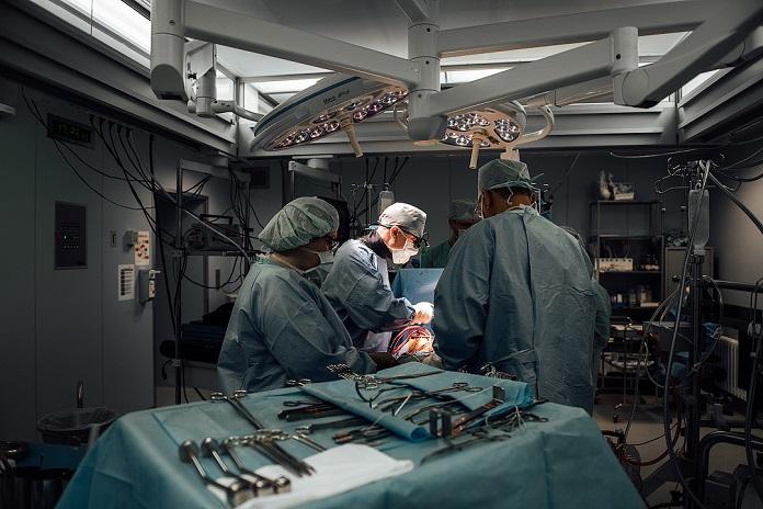 Пациента с пороком сердца прооперировали без разреза груди в клинике Мешалкина