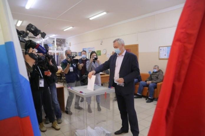 Губернатор Андрей Травников голосует на избирательном участке № 2001