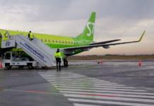 Борт S7 Airlines в аэропорту Новосибирска лётное поле