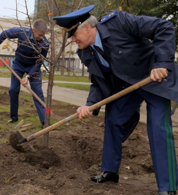 Миниатюра для: Работники прокуратуры Новосибирской области высадили саженцы лип в сквере возле Оперного театра