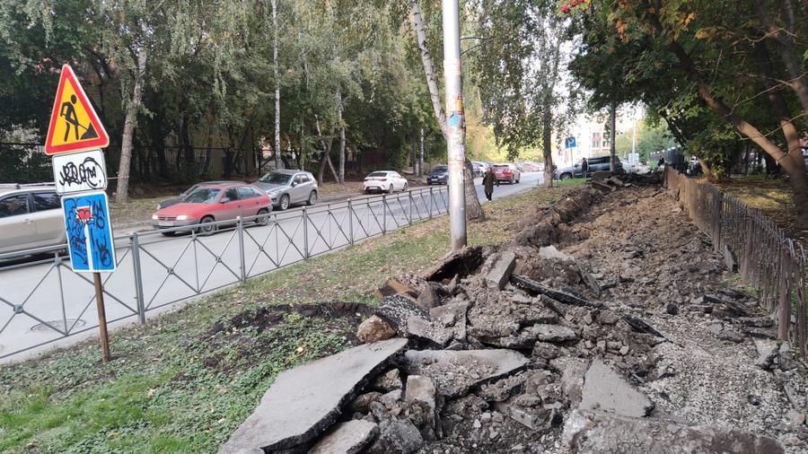 На нескольких улицах в центре Новосибирска пропали тротуары - Фотография