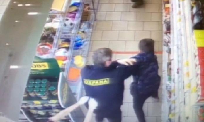 Избиение подростка в магазине в Новосибирске