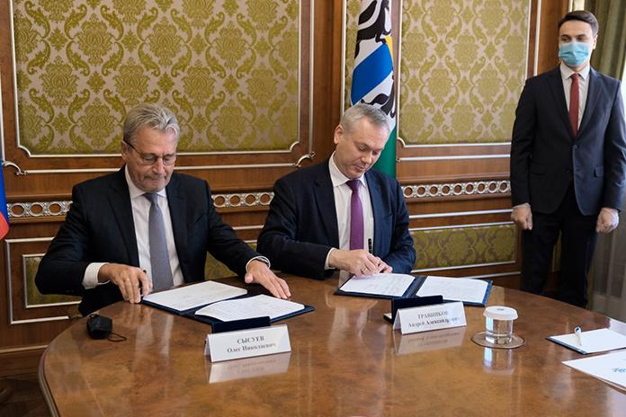 Глава региона Андрей Травников (справа) и президент Альфа-Банка Олег Сысуев (слева) подписали соглашение о сотрудничестве в финансово-кредитной сфере