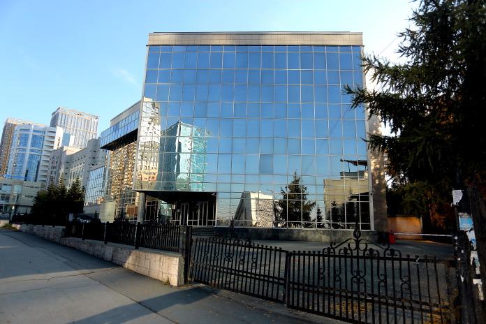 Участок со зданием банка на Кирова