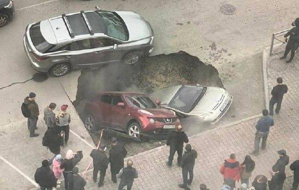 Два автомобиля ушли под землю из-за аварии на теплотрассе в Новосибирске (фото) - Фотография