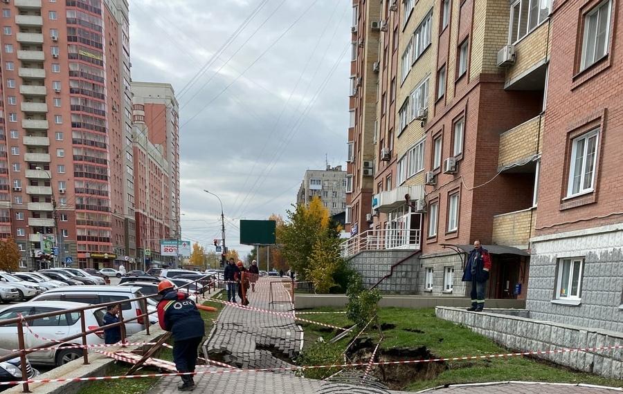 Два автомобиля ушли под землю из-за аварии на теплотрассе в Новосибирске (фото) - Изображение